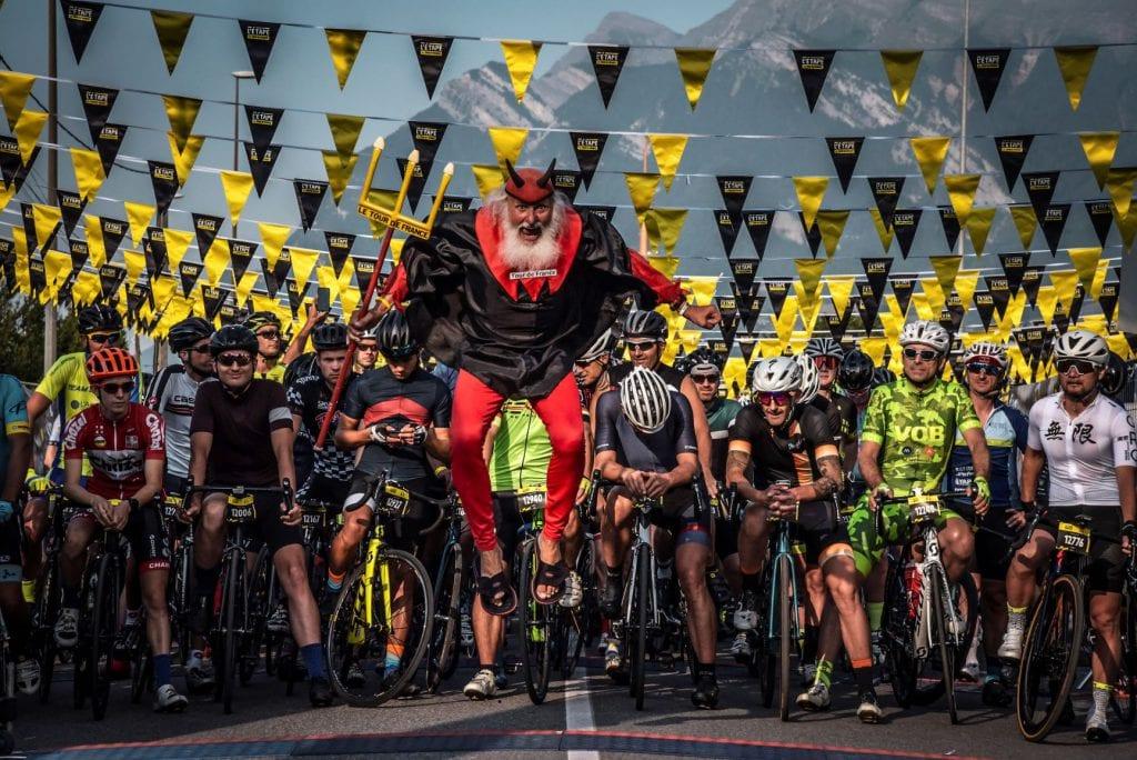 El Diablo et les concurrents au départ du Tour