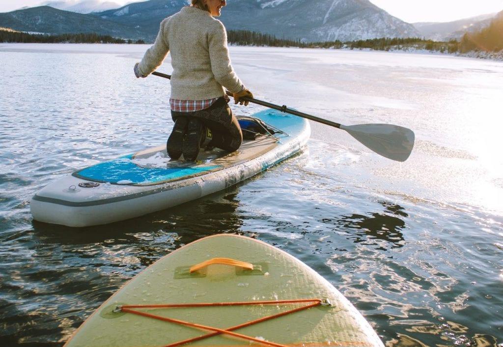 Faire du paddle à genou