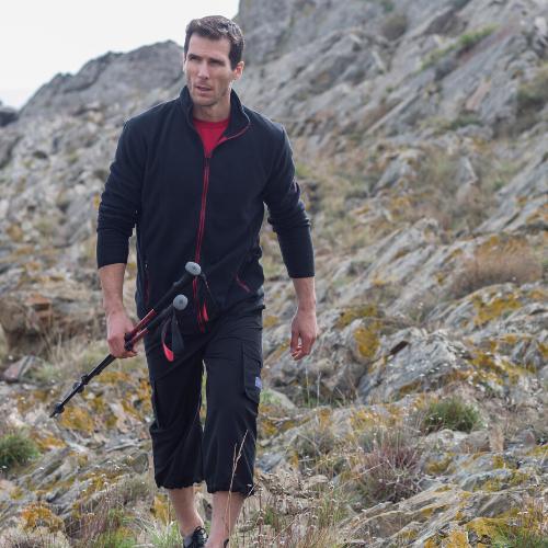 Un homme marche avec des batôns de randonnée