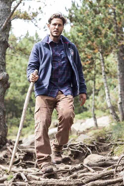 Un homme marche en forêt