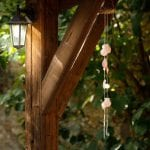 Un carillon DIY et des bougies maison pour décorer votre terrasse d'été